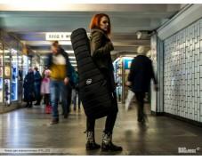 Чехлы BM на улицах города: девушка с гитарой